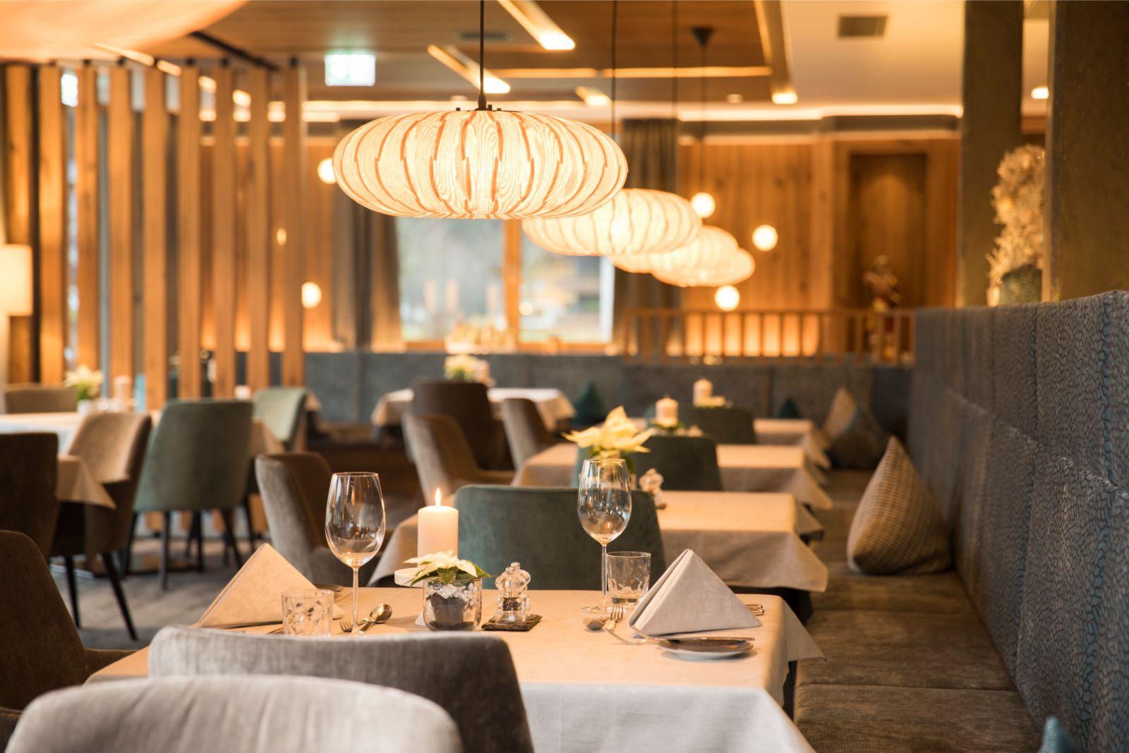 Speisesaal mit gedecktem Tisch