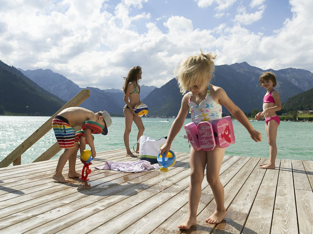 Kinder spielen am Steg beim Achensee