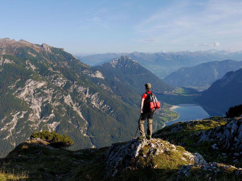 Bergsteiger hat den Gipfel des Berges erreicht