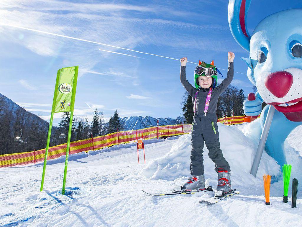 Kind beim Skifahren im Kinderpark