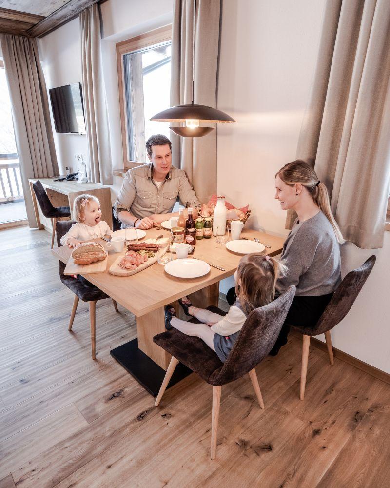 Familienfoto beim Frühstück