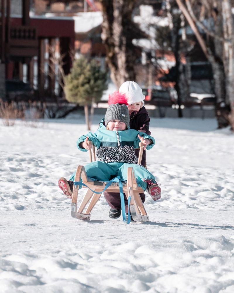 Kinder fahren Schlitten
