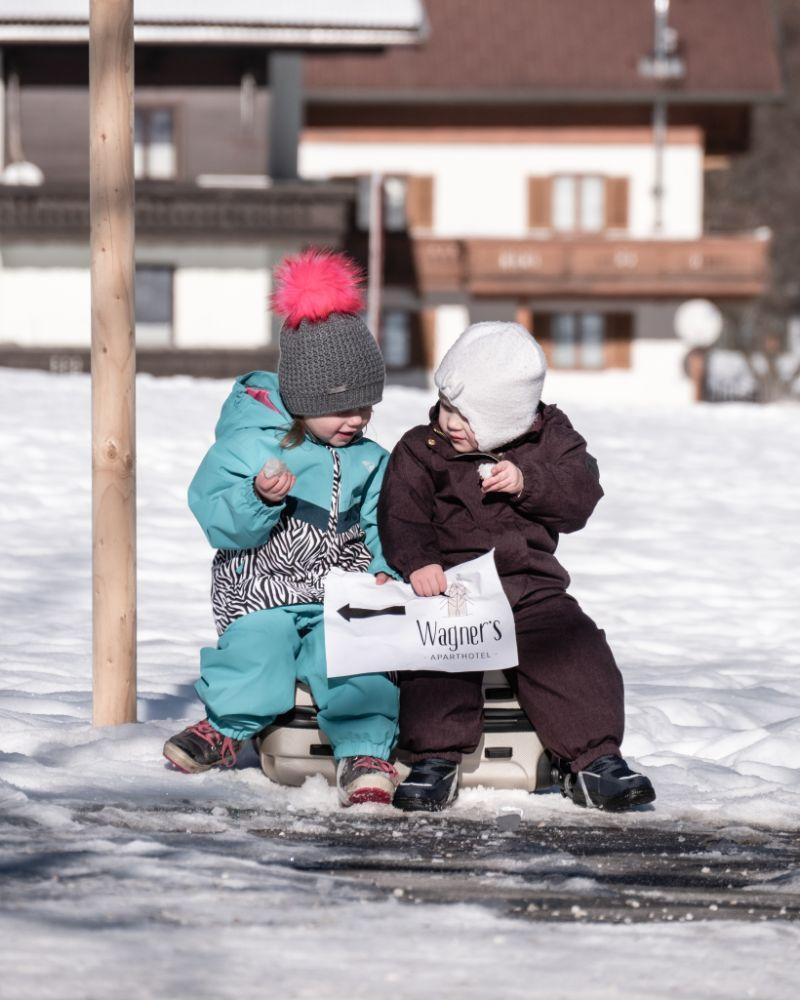 Kinder mit einer Wegbeschreibung zu den Apartments in den Händen