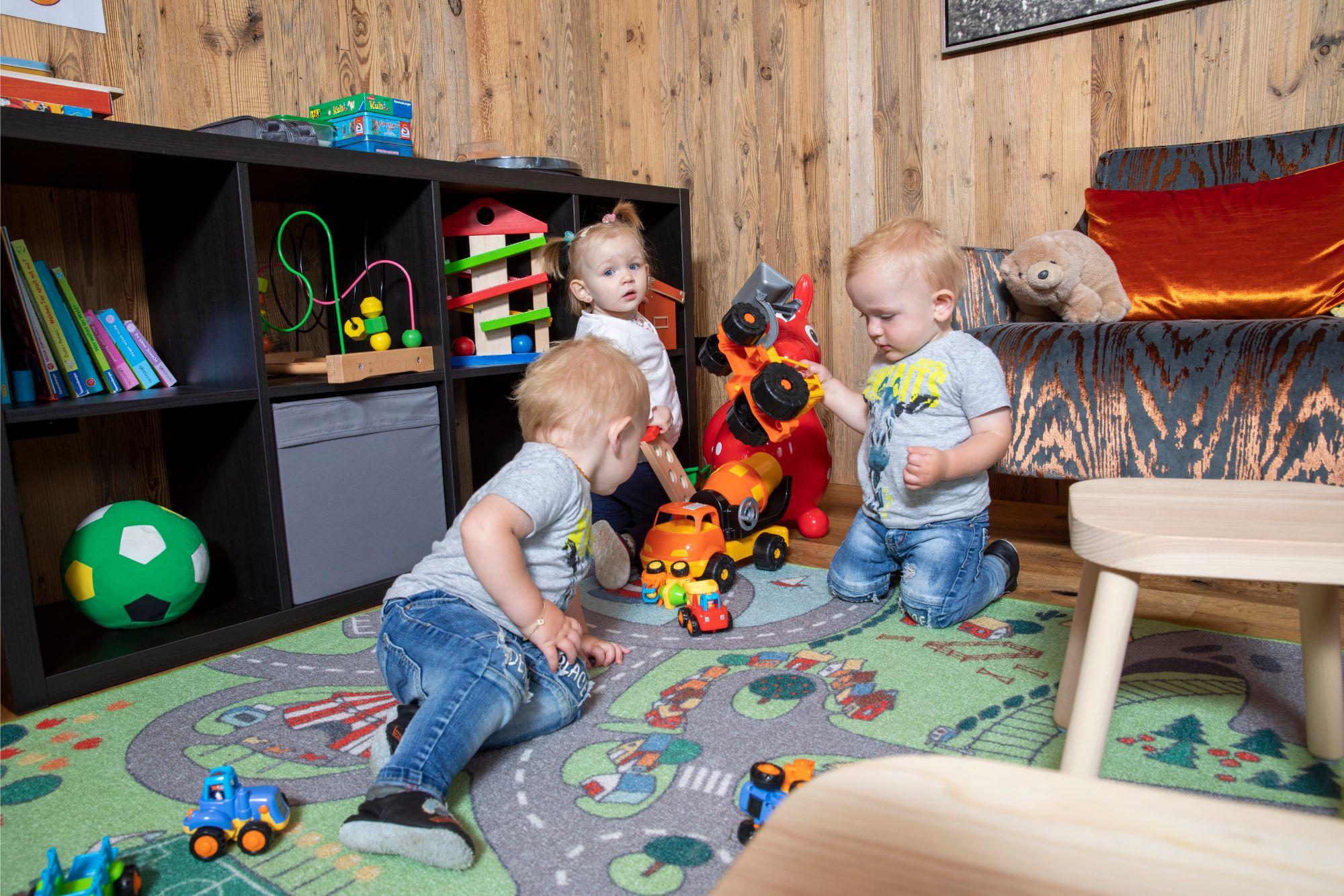 Kinder beim spielen im Kinderzimmer